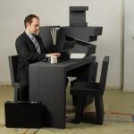 Przenośne biurko w akcji - widok z boku